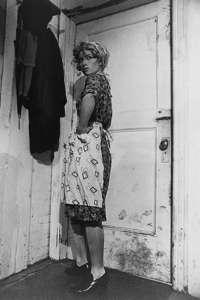 Una foto de la serie Untitled Film Stills en la que representa a una ama de casa.